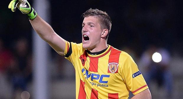 Alessio Cragno è un calciatore italiano, portiere del Benevento in prestito dal Cagliari e della Nazionale Under-21 italiana