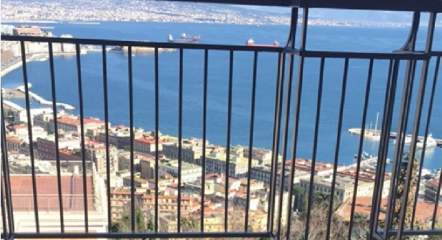 Lady Giaccherini si gode il sole di Napoli: un panorama mozzafiato [FOTO]