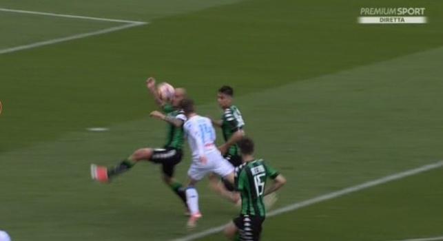 Hai visto bene, l'ho presa con la testa, Cannavaro conferma all'arbitro che il rigore non c'era