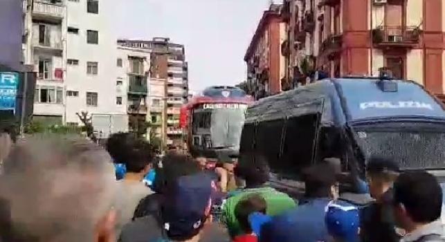 Pullman Cagliari, accoglienza infernale al San Paolo: fischi e pesanti insulti [VIDEO CN24]