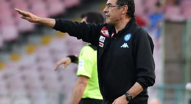 Sarri a Premium: Leziosi, regalato un gol! Scudetto? Basta, solita domanda! Via da Napoli? Solo a fine progetto, sullo striscione...