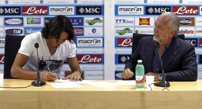 Edinson Cavani firma il rinnovo con Aurelio De Laurentiis