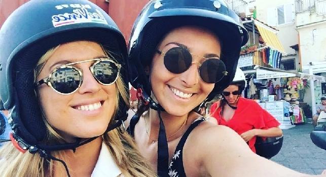 Mertens, la moglie Kat a Capri con la sorella: Come rendere queste strade ancora più pericolose [FOTO]