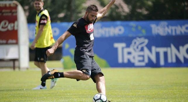 Leonardo Pavoletti è un calciatore italiano, attaccante del Napoli.