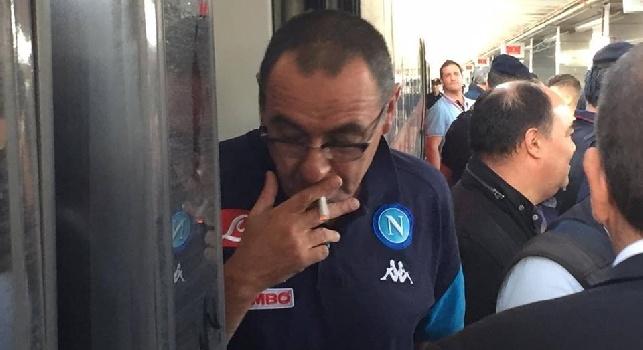Maurizio Sarri fuma l'ultima sigaretta prima di salire sul treno per Roma