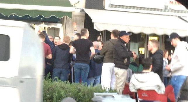 Napoli, tifosi del Manchester City scortati dalla Polizia a via Marina: bevono, urlano e cantano in attesa del match [VIDEO & FOTO ESCLUSIVI]