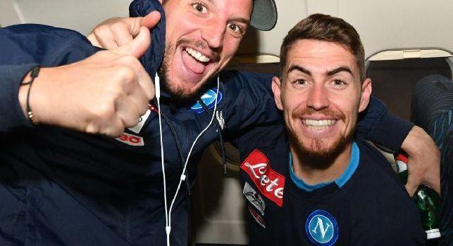 Jorginho in Nazionale, ecco la reazione di Mertens in aereo: Bravo Pai, finalmente! [FOTO]