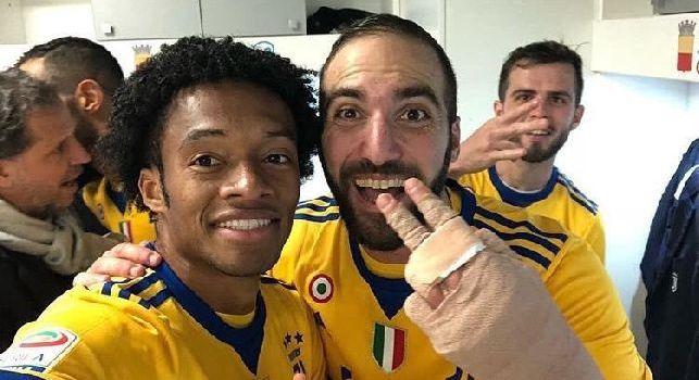 La Juventus festeggia nello spogliatoio del San Paolo: Higuain e Barzagli scatenati [FOTO]