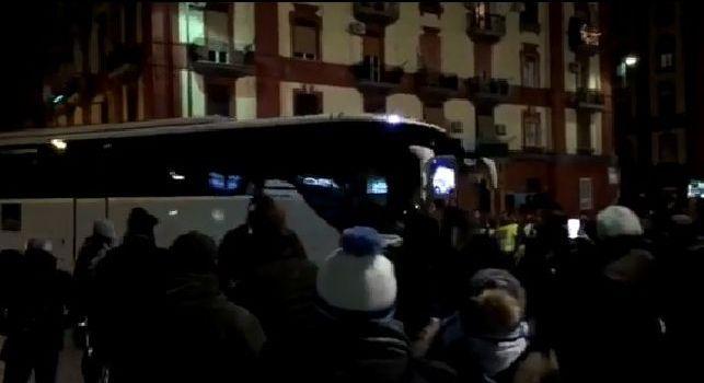 Lazio arrivata al San Paolo, bordate di fischi dai tifosi all'esterno [VIDEO CN24]