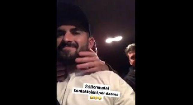 Hysaj in auto, l'amico gli accarezza la barba tra le risate generali [VIDEO]