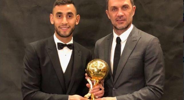 Paolo Maldini consegna il Pallone d'Oro algerino a Ghoulam