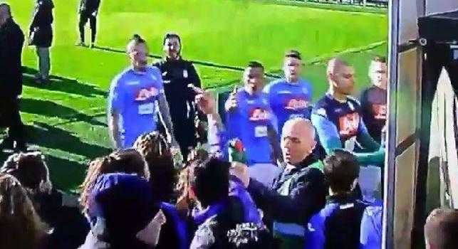 Un tifoso dell'Atalanta mostra il dito medio ai giocatori del Napoli: Allan e Tonelli trascinati a forza nel tunnel [VIDEO]