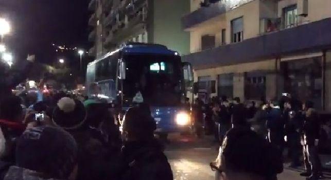 Il Napoli è arrivato al San Paolo, poche persone ad accogliere il pullman degli azzurri [VIDEO CN24]