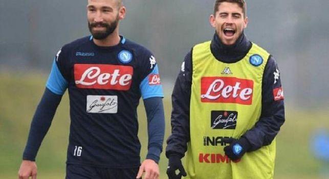 Jorginho se la ride con i compagni di squadra, poi a Tonelli: Hai vinto tu Lorè [FOTO]