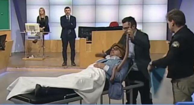 Il Napoli perde, a Telelombardia va in scena una pagliacciata patetica: spunta una barella... [VIDEO]