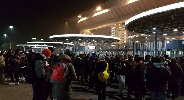 Sky - Traffico in tilt all'esterno del Meazza: lunghe code bloccano l'arrivo dei 60mila spettatori