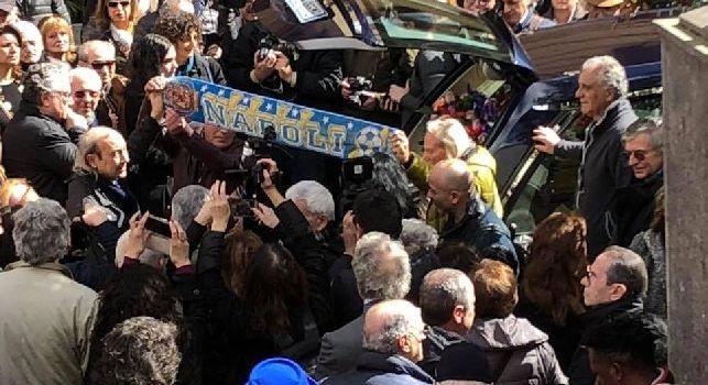 Funerali di Luigi Necco: tra la folla spunta anche una sciarpa del Napoli [FOTOGALLERY]