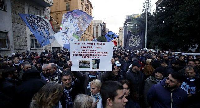 Protesta anti Var, mille tifosi della Lazio sotto la Figc: Rispetto o guerra. Cori e striscioni contro arbitri e Lega