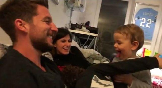 Fai vedere come fa il cane!: il dolcissimo Mertens gioca con i figli di Decibel Bellini [VIDEO]