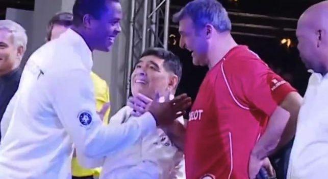 Evento tra ex stelle del calcio mondiale, Kluivert saluta tutti e salta apposta Maradona: l'argentino incredulo [VIDEO]