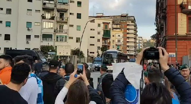 Il pullman dell'Udinese è arrivato al San Paolo: fischi dei tifosi azzurri per i friulani [VIDEO CN24]