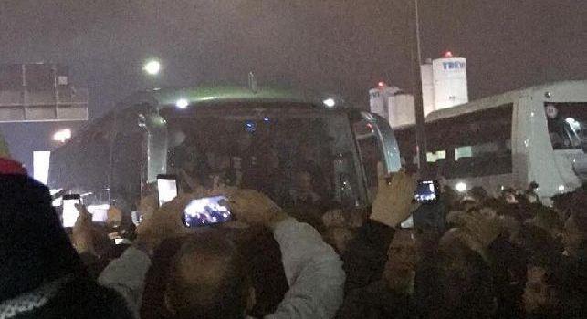 Capodichino, pullman del Napoli bloccato da 20mila tifosi dopo la vittoria contro la Juve