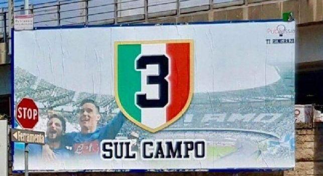 3 scudetti sul campo. Tra le strade di Napoli spunta il maxi cartello anti-Juve [FOTO]