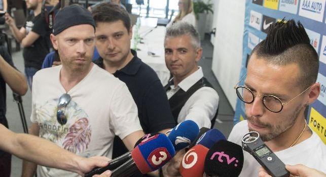 Hamsik: Ho un contratto con il Napoli, sono felice. Ho sentito Ancelotti, sarebbe un onore giocare con lui. Sarri? Non ne facciamo una tragedia [VIDEO]