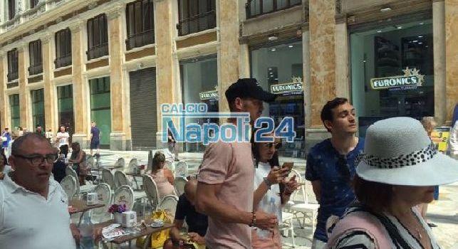 Fabian Ruiz si gode la citt&agrave; di Napoli: <i>fermata</i> in un bar nella Galleria Umberto [FOTO ESCLUSIVA]
