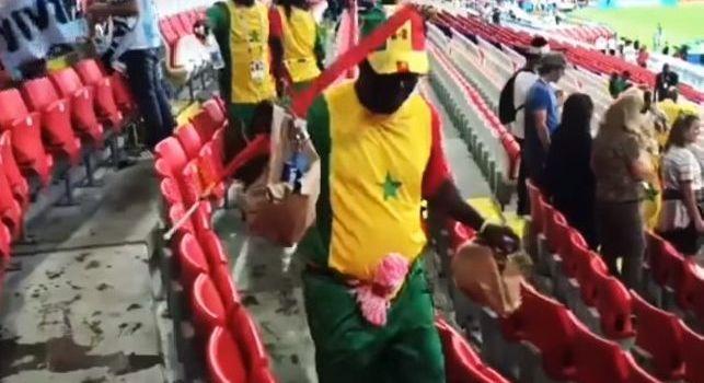 Senegal, splendido gesto dei tifosi ai Mondiali: dopo il match puliscono gli spalti dello stadio [VIDEO]