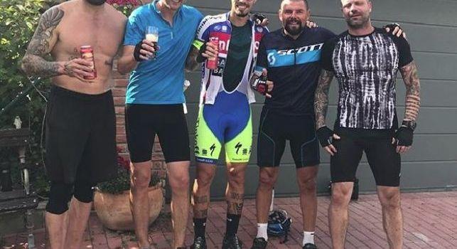 Hamsik da calciatore a... ciclista: il capitano del Napoli in bici col papà e gli amici [FOTO]