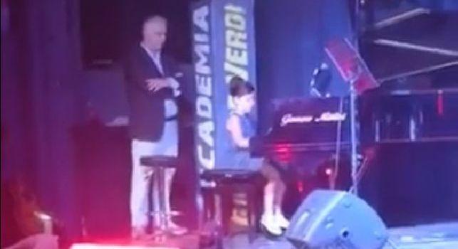 Iniziativa da applausi a Volla, saggio di fine anno al pianoforte: i bimbi intonano il coro del Napoli [VIDEO CN24]