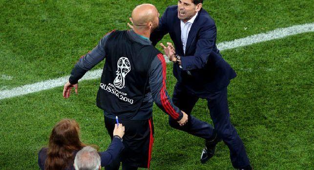 Polemiche arbitrali in Spagna-Marocco, Reina è una furia: il tecnico Hierro lo ferma a fatica! [FOTO]