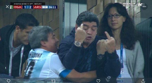 Vantaggio Argentina contro la Nigeria: dito medio per Maradona [VIDEO]
