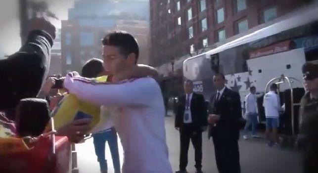 Un bimbo lo chiama da lontano, James corona il sogno di un baby tifoso colombiano [VIDEO]