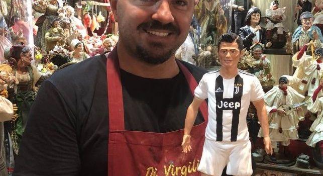 Cristiano Ronaldo spunta anche a San Gregorio Armeno: la statuina da presepe con la maglia della Juve [FOTO]