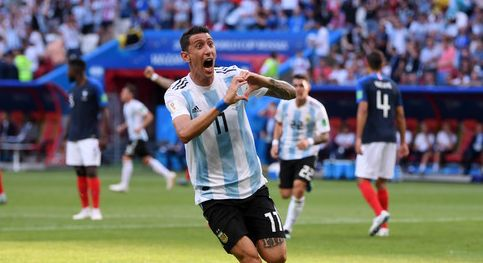 Angel Di Maria esulta dopo un gol con l'Argentina