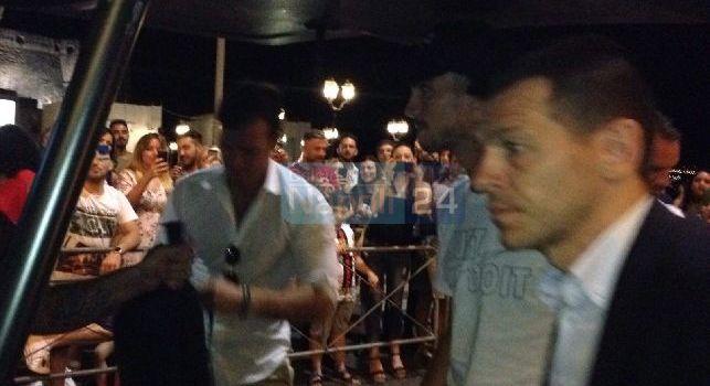 Fabiàn all'Hotel Vesuvio acclamato dai tifosi presenti. Lo spagnolo ricambia con un saluto alla folla [VIDEO E FOTOGALLERY CN24]