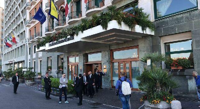 L'esterno dell'Hotel Vesuvio di Napoli