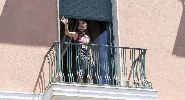 Raduno Napoli, Ancelotti saluta la folla dalla finestra. Si rivede Maksimovic ed Insigne d&agrave; il <i>5</i> ai tifosi presenti [FOTOGALLERY CN24]