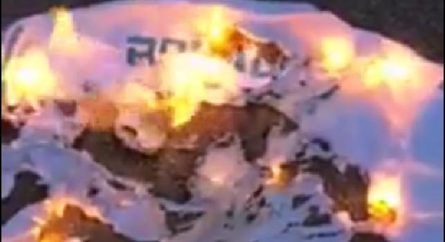 Ronaldo alla Juventus, prime reazioni dei napoletani: maglietta bruciata! [VIDEO]