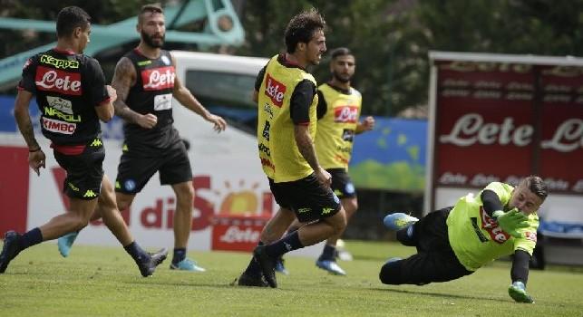 Simone Verdi a segno in allenamento con la maglia del Napoli