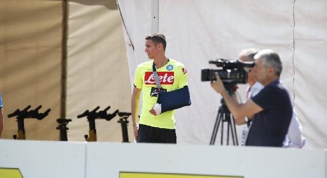 Alex Meret sul campo di Carciato in Dimaro-Folgarida con la maglia del Napoli dopo l'infortunio