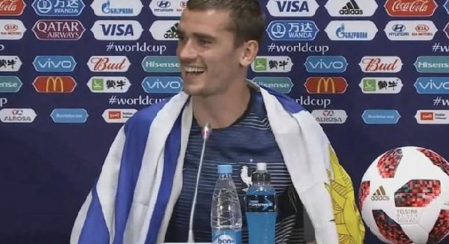 La Francia festeggia la vittoria del Mondiale e Griezmann va in conferenza con la bandiera dell'Uruguay [FOTO]