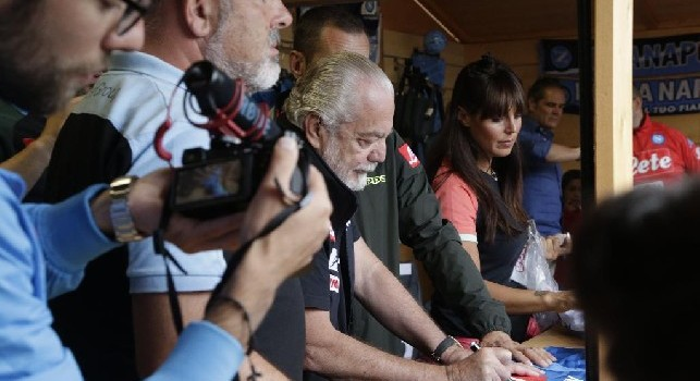 De Laurentiis firma autografi ai tifosi nell'SSC Napoli store di Dimaro - Folgarida