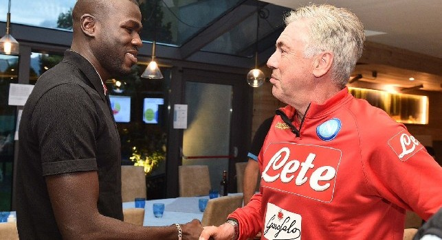 Koulibaly arriva a Dimaro e incontra Ancelotti: E' un piacere. Il mister risponde: No, il piacere è mio! [VIDEO]