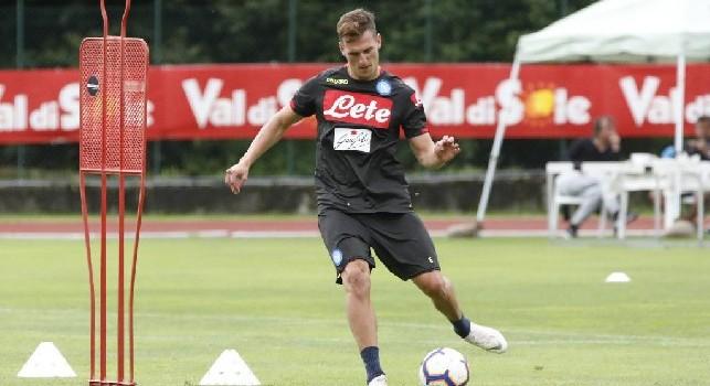 Arek Milik si allena nel ritiro di Dimaro