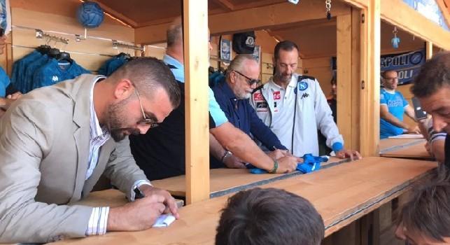 Sessione d'autografi per Aurelio ed Edo De Laurentiis, il vice-presidente scherza con un tifoso [VIDEO CN24]