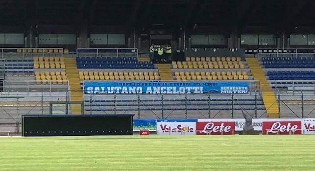 I club Napoli salutano Ancelotti, benvenuto mister, striscione allo stadio Briamasco [FOTO CN24]