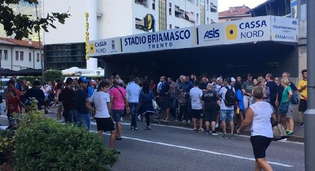 Anche il Napoli raggiunge lo stadio Briamasco: che accoglienza per gli azzurri! [VIDEO CN24]